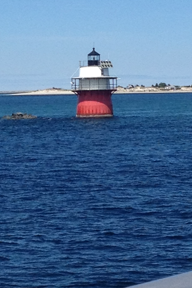mom-pop-live-in-lighthouse